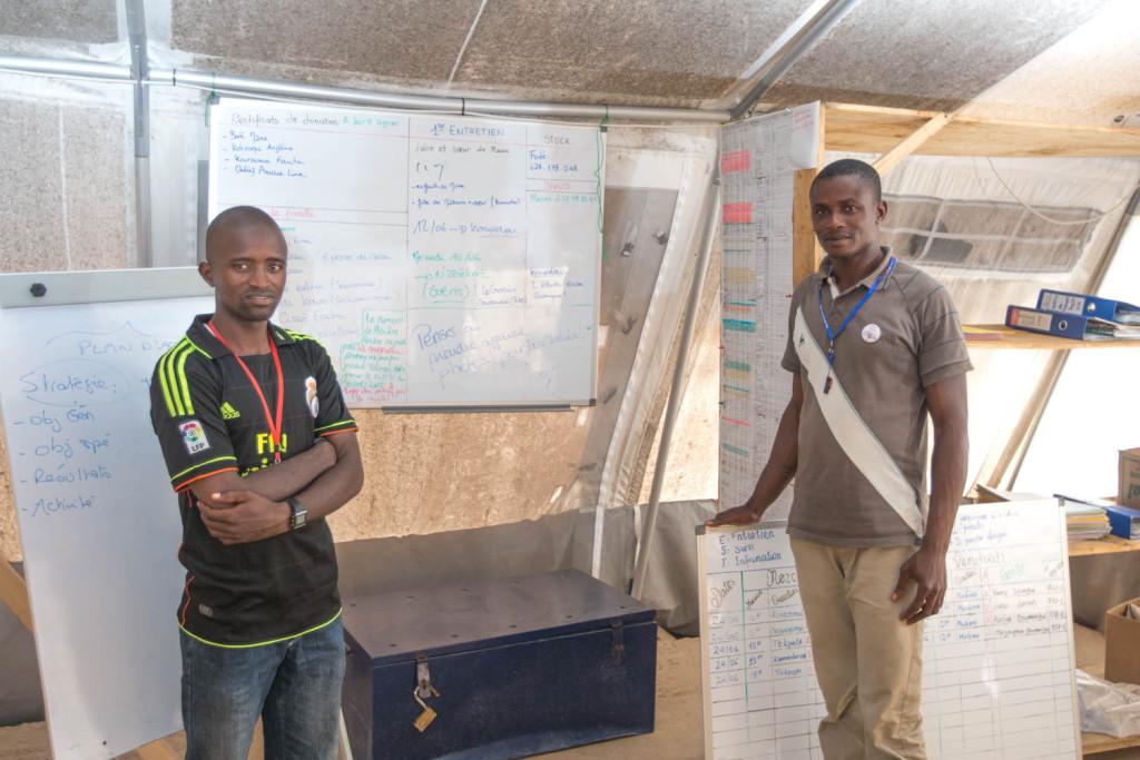 (de gauche à droite) Jean-Claude et Noël, travailleurs sociaux au CTE de Macenta.